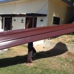 屋根材料運び