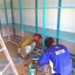 ダイブショップの棚、防水処理を施してから水色に