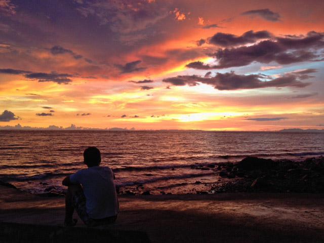 夕日と体育座り