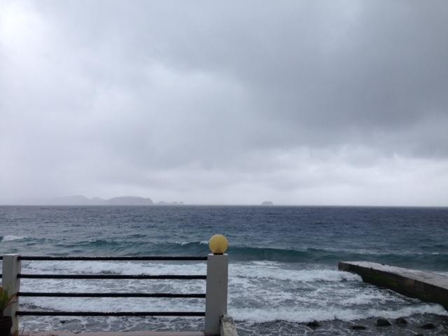 アニラオの雨の海