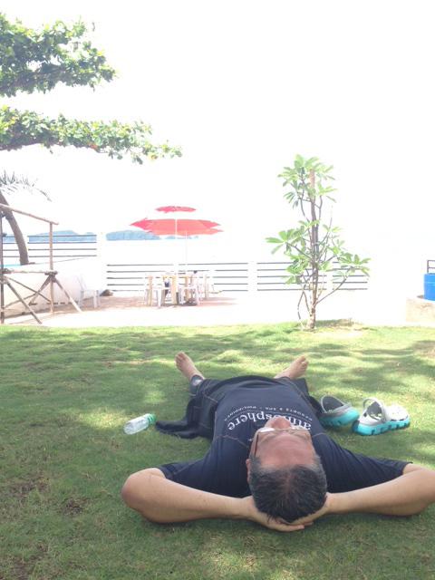 アニラオの芝の上で休憩