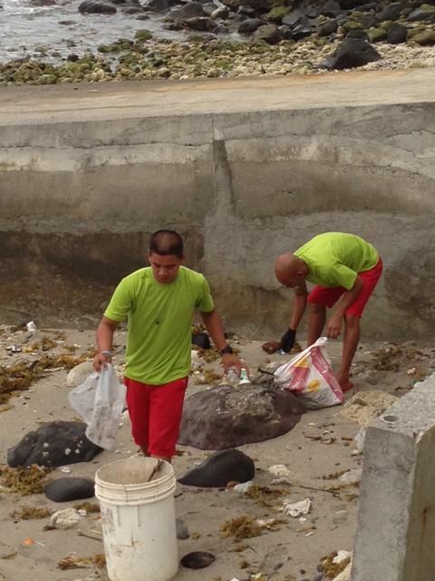アニラオでゴミ拾い
