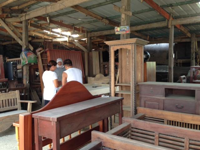 タガイタイの家具屋