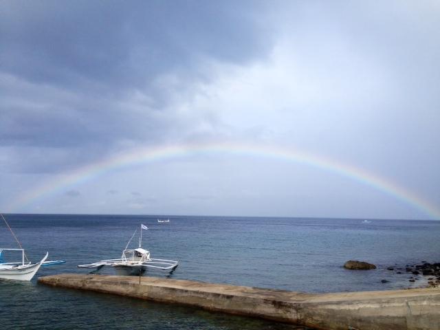 フィリピンの海に虹