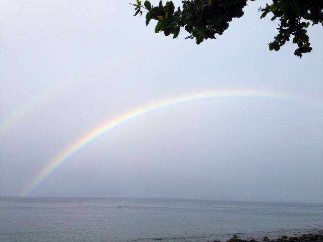 アニラオにかかる虹
