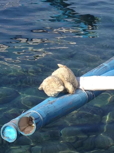 バンカーボートのアウトリガーにクマのぬいぐるみ
