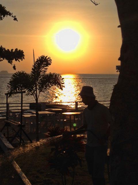 フィリピンの夕焼けと労働者