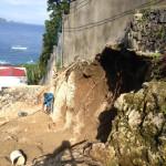台風でえぐれた土。坂道よりこちらの修理が先に。