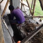 新ダイニングの柱に埋め込む排水パイプ。