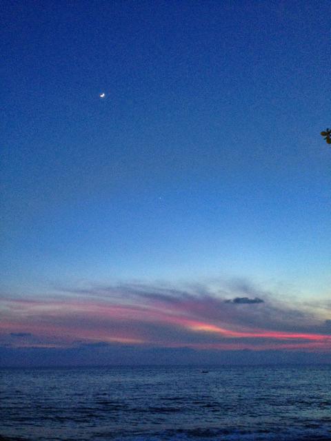 フィリピンの夕闇と月