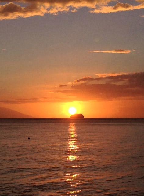 ソンブレロ島に沈む夕日