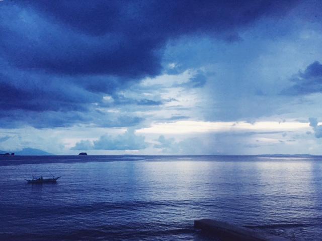 アニラオの曇り空