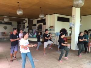 踊るリゾートスタッフ