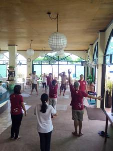 アニラオ踊るリゾートスタッフ