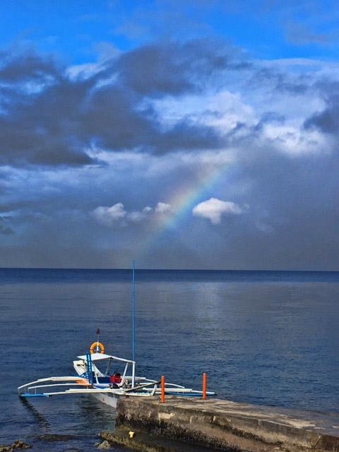 アニラオの午前の海と虹