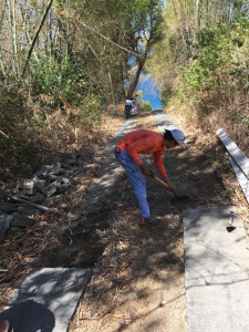 アニラオの道路補修